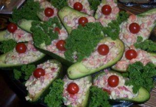 Кораблики из авокадо салат