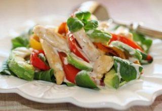 Разноцветный салат с авокадо