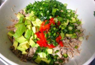 Салат из крабового мяса и авокадо