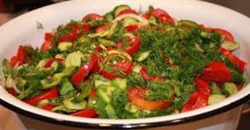 Салат из помидоров, болгарского перца и огурца фото