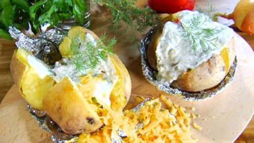 Запеченный картофель под соусом фото
