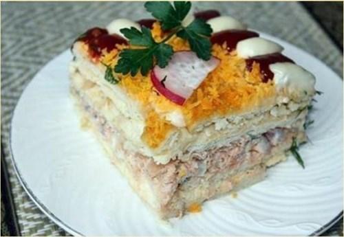 Рыбный салатик с крекерами фото