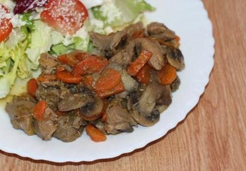 Тушеная телятина с грибами и морковью фото