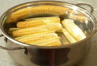Как сварить кукурузу в початках в кастрюле